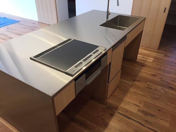 フローリングと一体感のあるキッチン