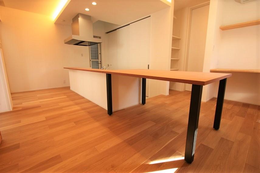 キッチンとつながりのあるダイニングテーブル