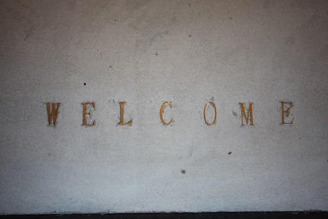 Welcome 玄関モルタル 真鍮文字埋込